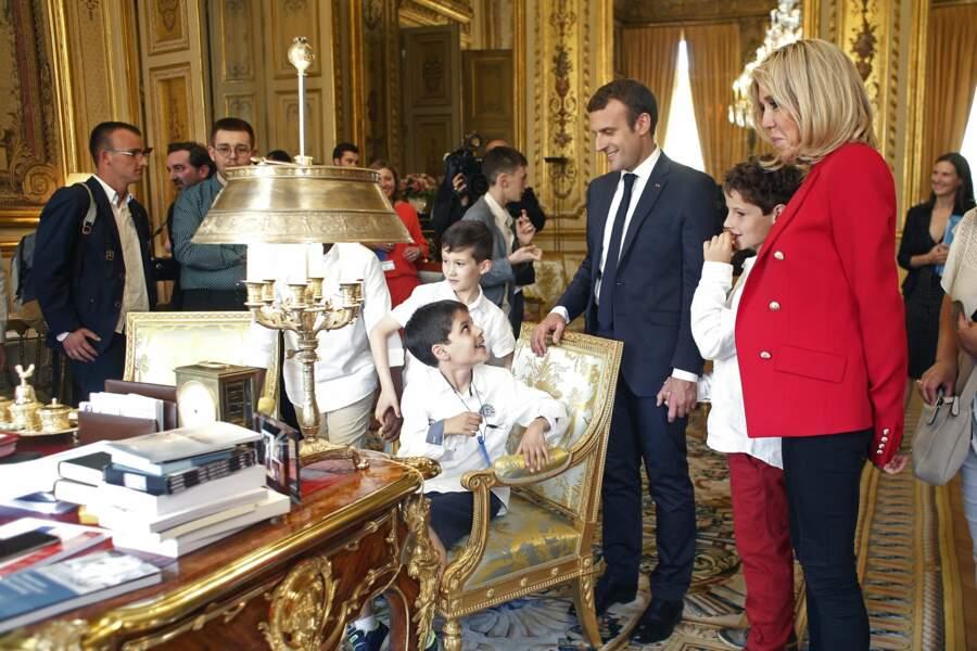 Jusqu'au bureau du Président, Emmanuel Macron, jonché de dossiers et de documents.