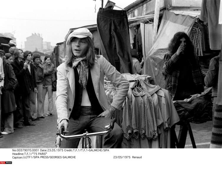 Casquette gavroche et foulard autour du cou, Renaud lors d'une de ses premières apparitions télé sur TF1, en 1975