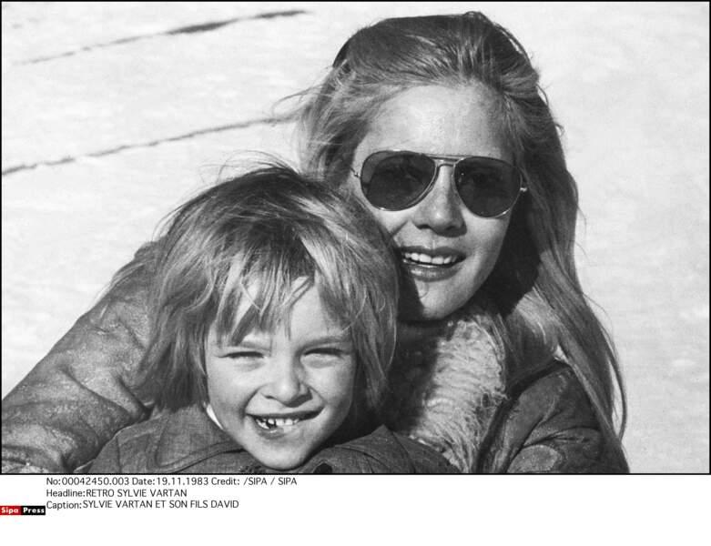 David, en 1983, avec sa mère Sylvie Vartan, séparée de Johnny Hallyday depuis 3 ans.