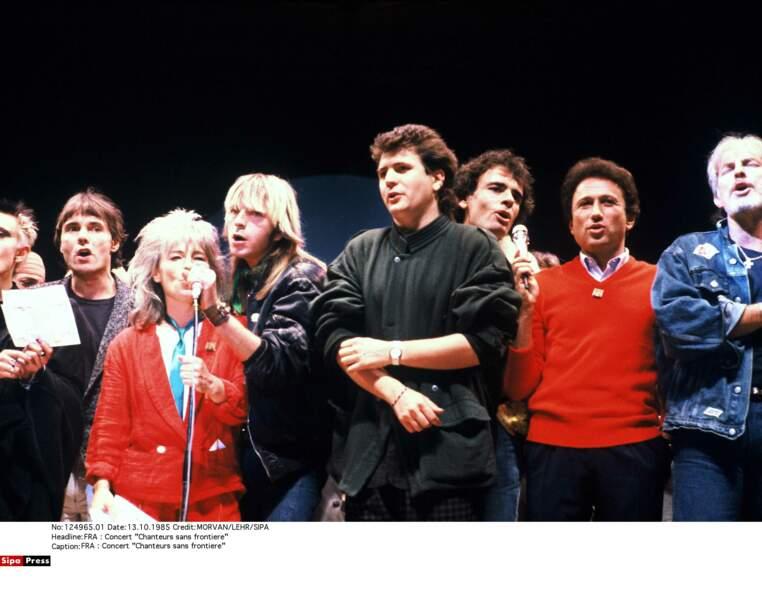 """Sur la scène du concert """"Chanteurs sans frontières"""" à La Courneuve, en octobre 1985"""