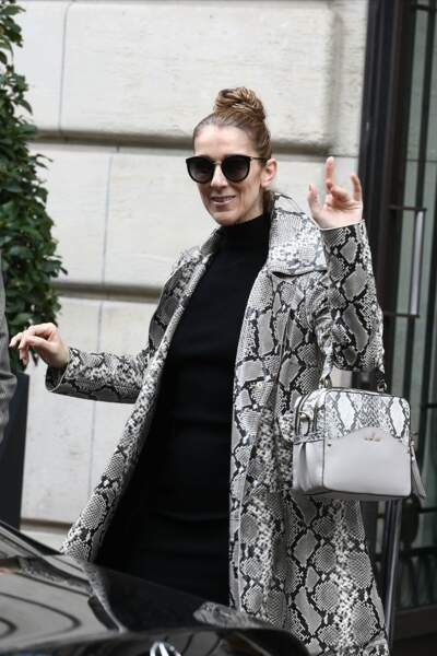 Chignon bun, pull long noir et cuissardes, Céline Dion quitte son hôtel parisien