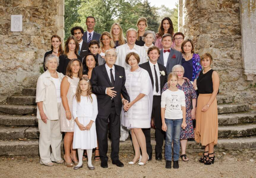 La photo de famille des époux réunit enfants et petits-enfants à l'abbaye des Vaux-de-Cernay