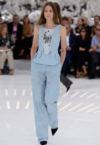 Le pantalon imperméable se hisse au rang de must-have avec son top assorti d'inspiration baroque