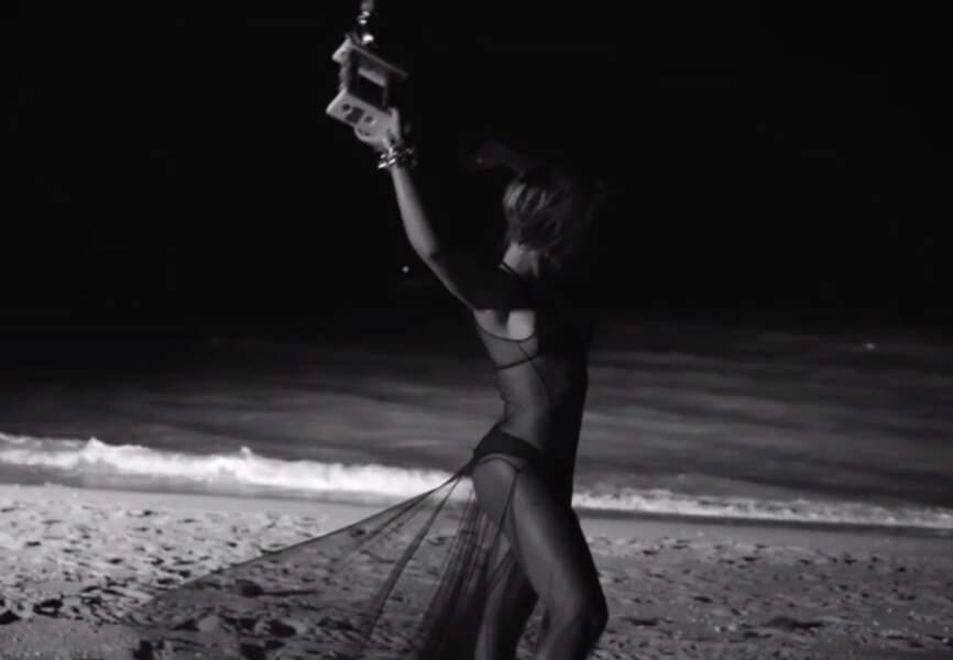 La robe transparente sur la plage pour Drunk in Love