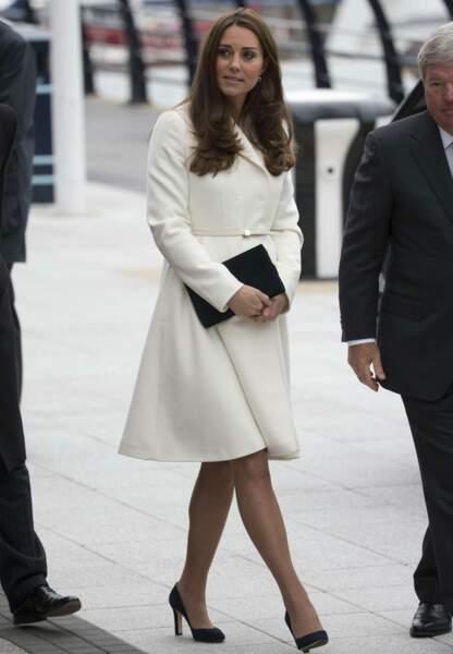 Radieuse, la duchesse de Cambridge opte pour un manteau blanc