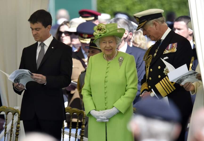 Manuel Valls, la reine Elisabeth II et le prince Charles au cimetière de Bayeux