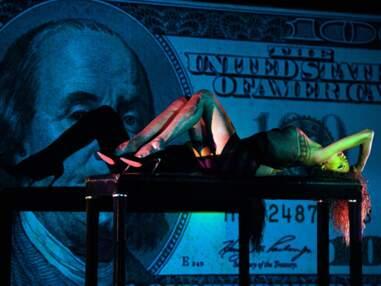 Noémie Lenoir fait le show au Crazy Horse