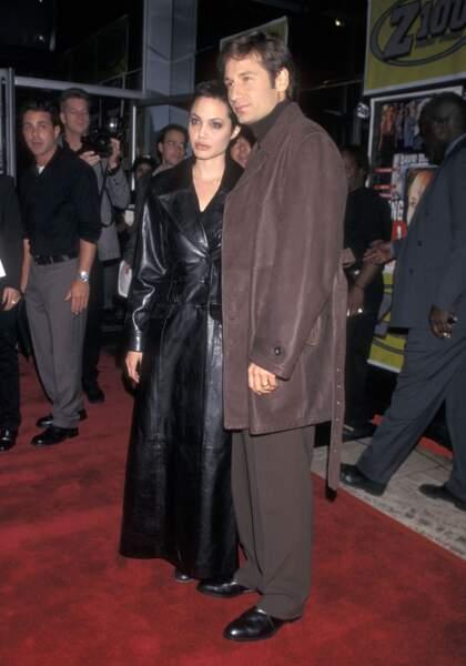 Avec David Duchovny sur le tapis rouge, drapée dans un trench en cuir noir