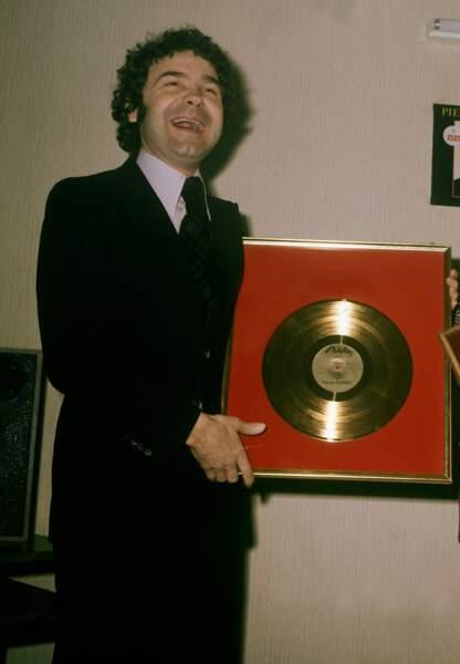 Concécration le 28 avril 1975, au M.I.D.E.M. de Cannes. Pierre reçoit un disque d'or pour son album ZIZI