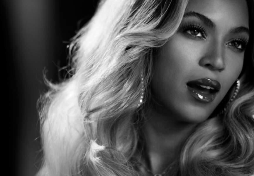 Luxurieuse chevelure blondie, bouche entre ouverte, Beyoncé nous cloue le bec