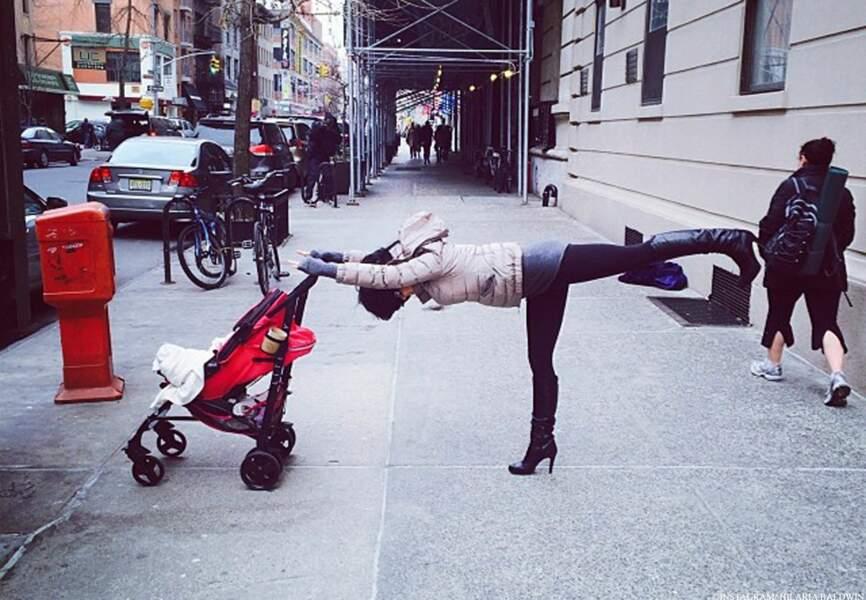 Une promenade avec sa petite Carmen pour une posture du guerrier dans les rues de New-York