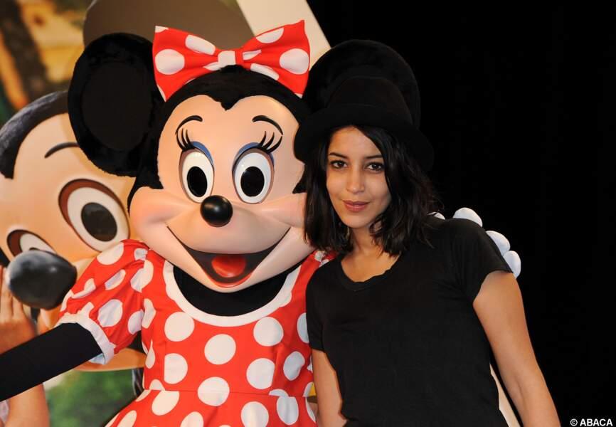 Leila Bekhti pose avec Minnie à Disneyland Paris en 2011