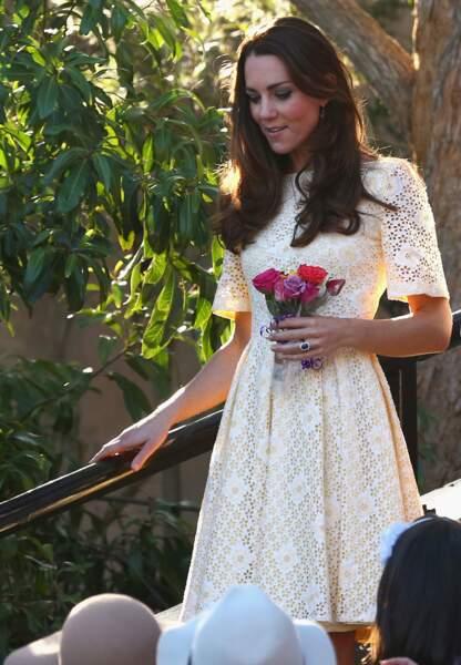 La duchesse de Cambridge lumineuse dans sa robe en broderie anglaise jaune pâle