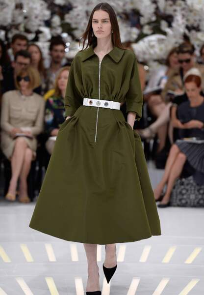 La robe elle aussi se décline dans des matières techniques pour un hiver pratique chic