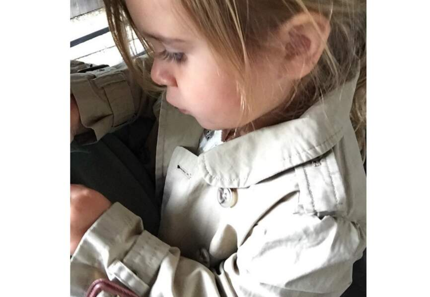 3 ans et Penelope Disick, la fille de Kourtney Kardashian, a déjà son trench coat