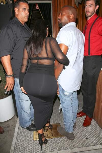 Kim Kardashian peut-être un peu à l'étroi dans ses habits de maternité...