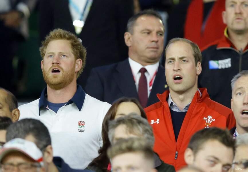 Harry (supporter de l'Angleterre) et William (supporter du Pays de Galles) unis pour le God save the Queen