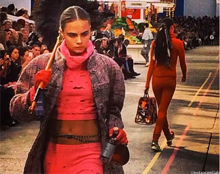 Cara Delevingne défile pour Chanel