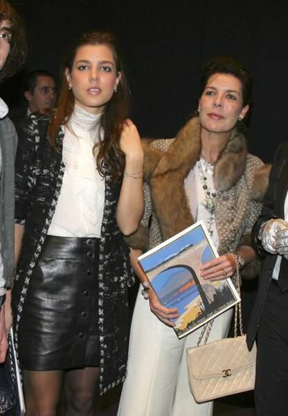 En décembre 2006, Charlotte et Caroline assistent à un défilé Chanel