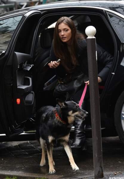 Annabelle Belmondo en charge du chien de la famille
