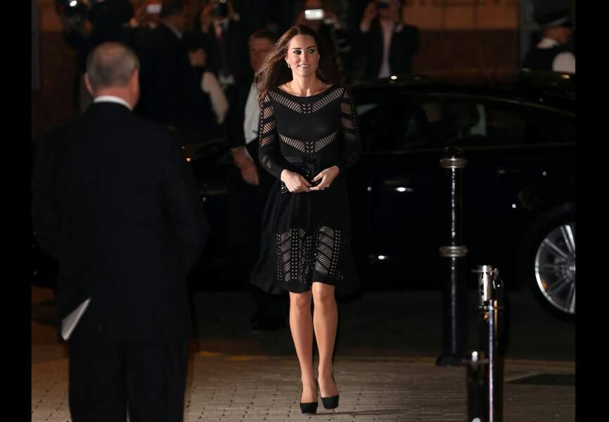 Une silhouette noire et ajourée pour la duchesse de Cambridge