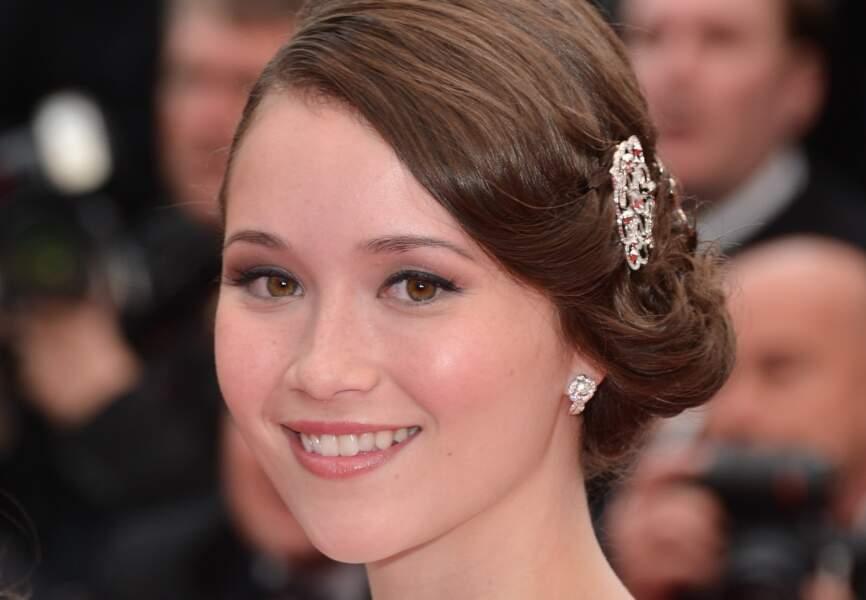 Katie Chang porte des broches Swarovski piquées dans ses cheveux