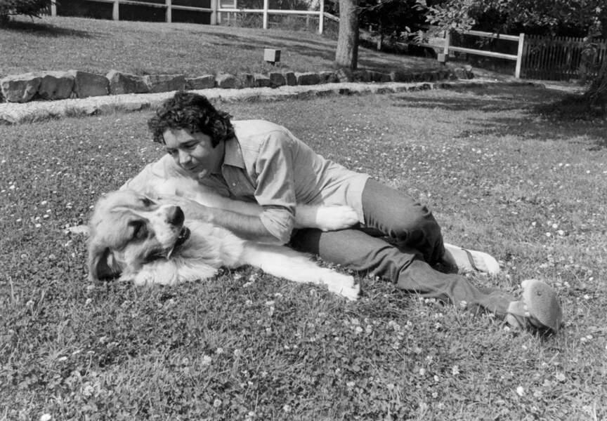 Pierre profite d'un moment libre pour se détendre au côté de son chien dans son jardin de Nangis
