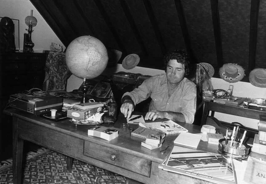 Le chanteur à son bureau, toujours à Nangis en 1973, il prépare son prochain album, ZIZI