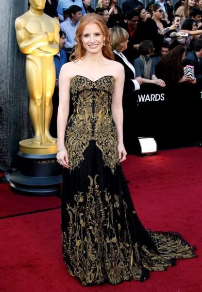 Jessica Chastain aux Oscars vêtue d'une robe noire et dorée Givenchy (2012)