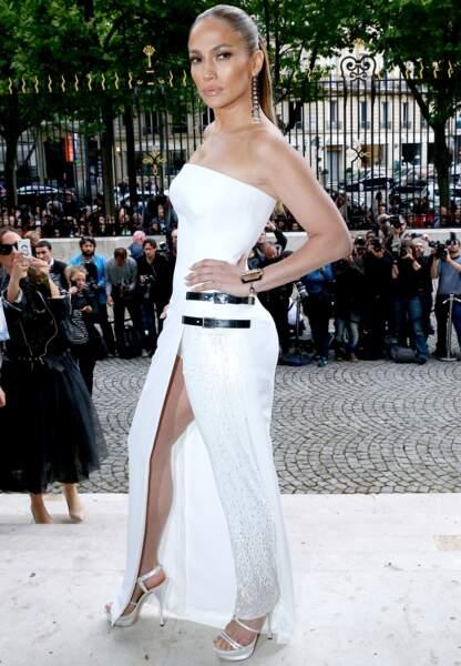 ... Une silhouette mi-robe mi-pantalon pour Jennifer Lopez