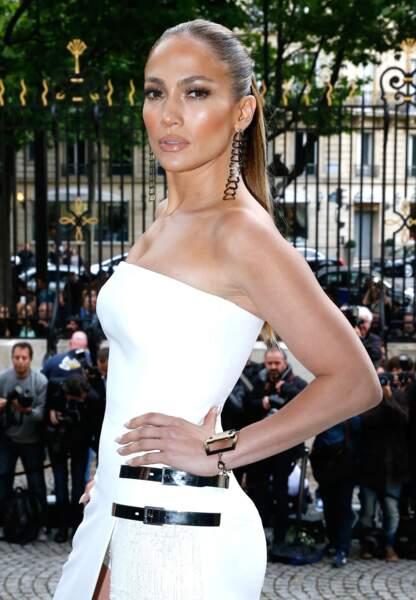 Mise en beauté fatale, ponytail laquée, Jennifer Lopez est la star du défilé Atelier Versace