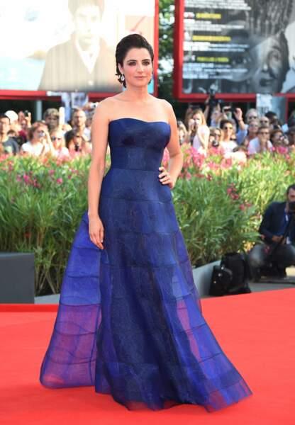 Luisa Ranieri divine en Armani Privé bleu nuit