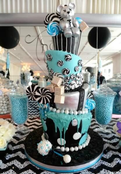 Et voici le gâteau géant aux couleurs noir/blanc/bleu commandé par Fergie et Josh