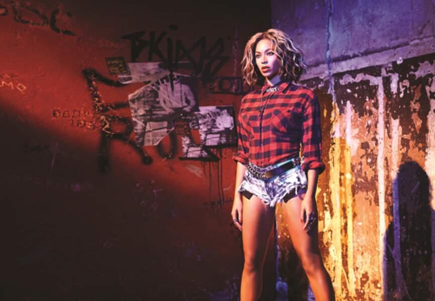 Minishort en denim et chemise de bûcheron, Beyoncé semble venue d'ailleurs