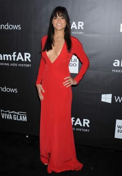 Michelle Rodriguez explosive en rouge avec son profond décolleté