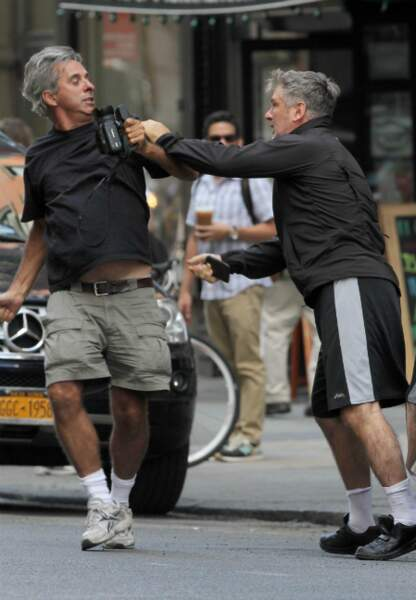Alec Baldwin tente de prendre sa caméra à un paparazzi