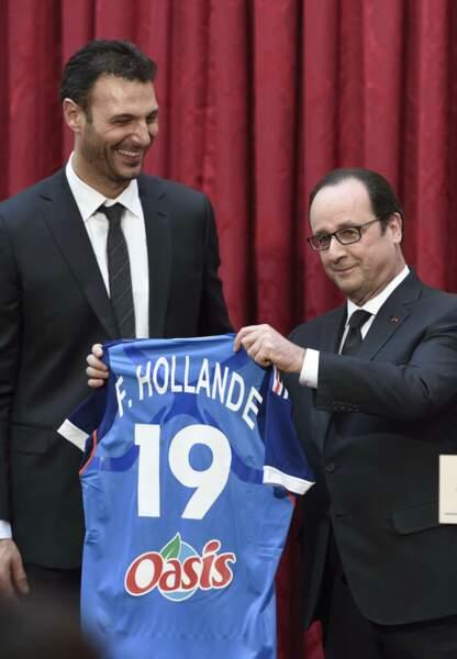 François Hollande a reçu un maillot à son nom