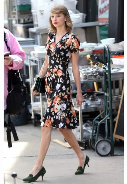 Taylor est une adepte du look fleuri