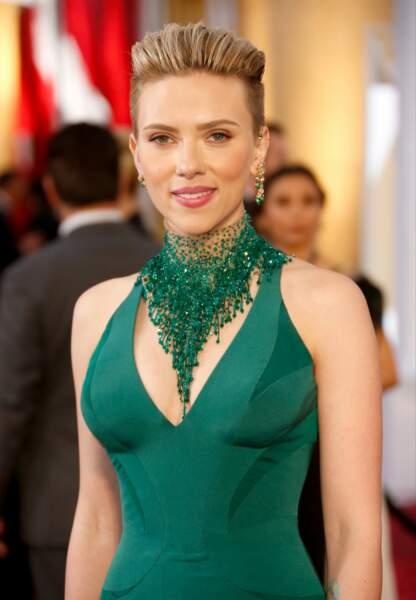 Côté face, Scarlett est radieuse avec son make-up doré et gourmand