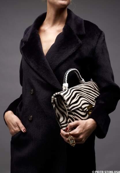 Manteau en alpaga et laine vierge, Caroll, 395 €. Sac en cuir et peau, La Bagagerie, 650 €. Bague en plaqué or et c