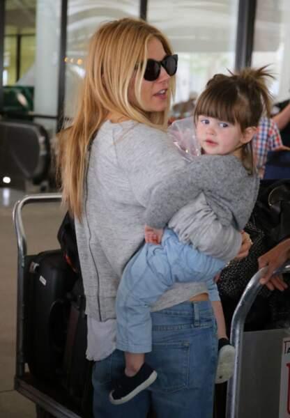 Pull gris et jean loose, Marlowe copie le look de sa mère, Sienna Miller