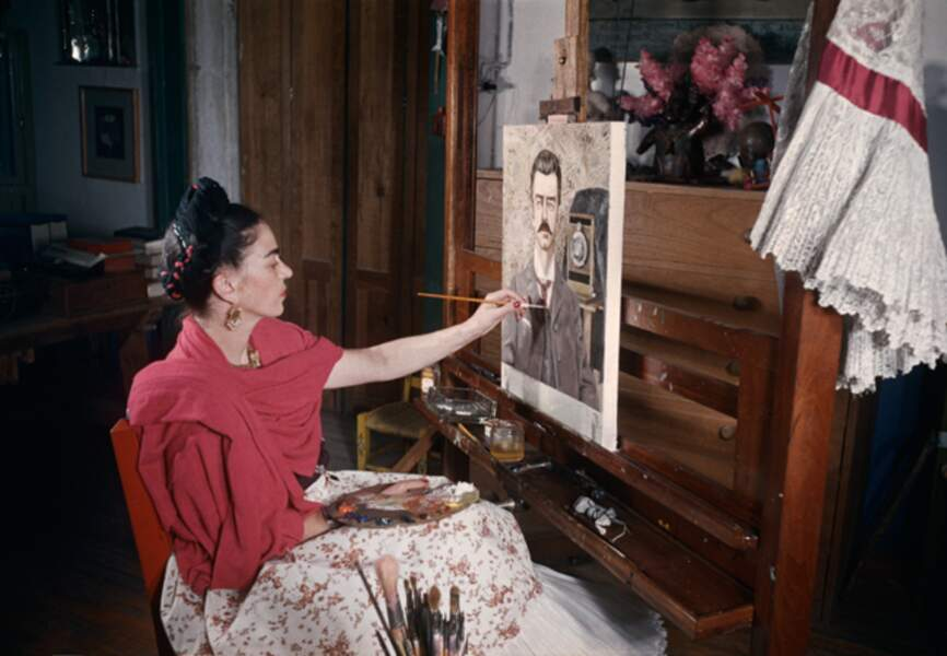 En 1951, devant le portrait de son père, Carl Wilhem Khalo, photographe officiel du patrimoine mexicain