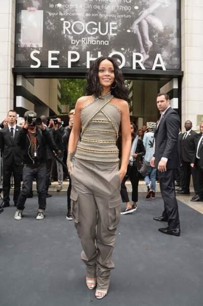 Rihanna devant la boutique Sephora