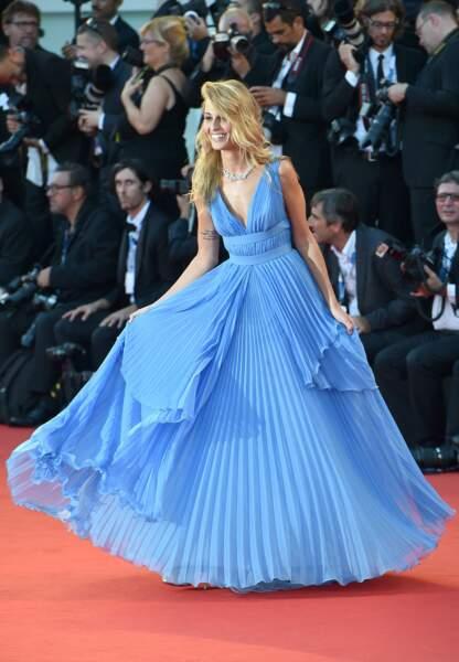 Sveva Alviti radieuse dans sa robe plissée