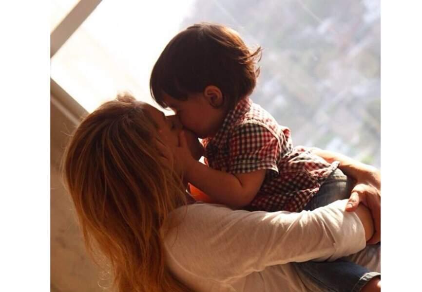 Shakira a choisi d'habiller Milan en vrai petit hipster: cheveux longs, jean brut et chemise de bucheron