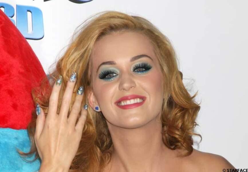 Katy Perry, regard soutenu et ongles peints