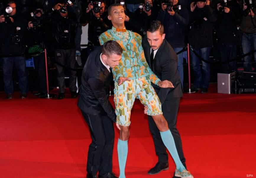 Stromae signe une entrée fracassante sur le tapis rouge
