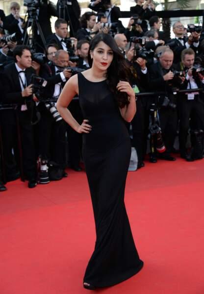 Leila Bekhti dans une robe Alaia, bijoux Chanel, mise en beauté par L'Oreal Paris