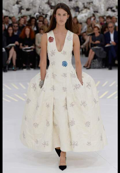Exubérante robe à panier crème brodée de fleurs