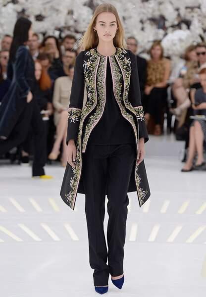 Look boyish glamourisé par ce manteau brocart baleiné à la taille